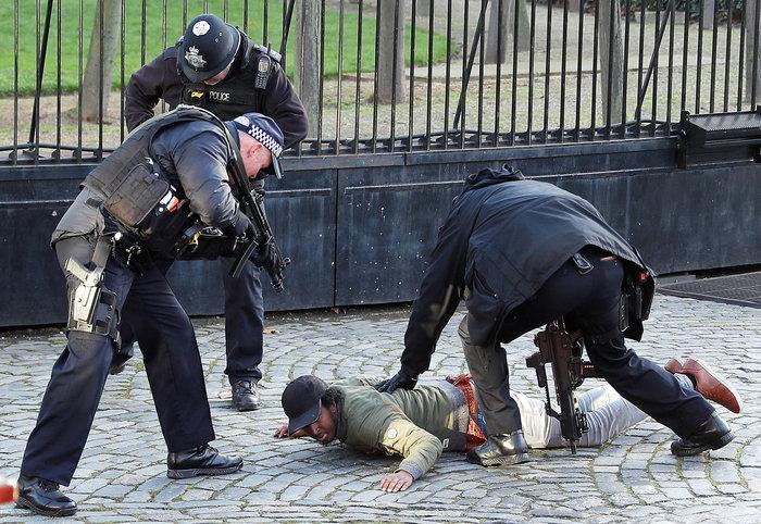 Συνελήφθη ύποπτος έξω από τη βρετανική Βουλή - εικόνα 2