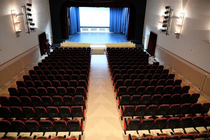 Η πλήρως ανακαινισμένη αίθουσα του Δημοτικού Θεάτρου Μάνδρας «ΜΕΛΙΝΑ ΜΕΡΚΟΥΡΗ».