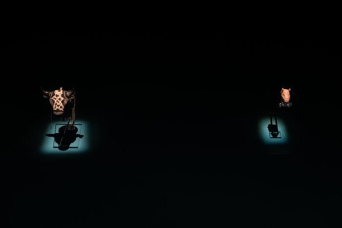 Πήλινο ρυτό σε μορφή ταυροκεφαλής, τελετουργικό σκεύος για υγρές προσφορές Κνωσός,περ. 1450-1375 π.Χ. & Pablo Picasso, Ταυροκεφαλή - Vallauris, 12 Ioυλίου 1960Φωτο: Γιώργος Αναστασάκης © Μουσείο Κυκλαδικής Τέχνης