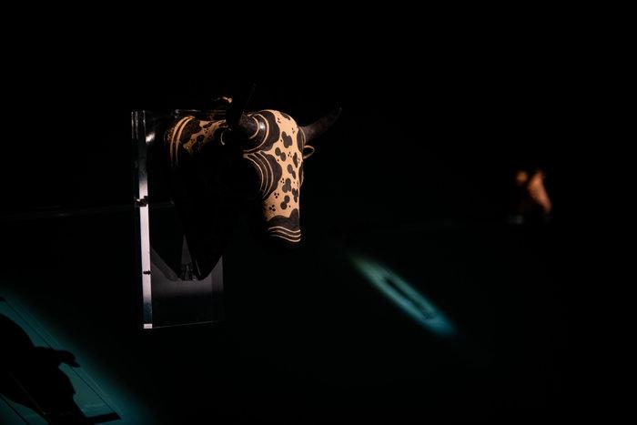 Πήλινο ρυτό σε μορφή ταυροκεφαλής, τελετουργικό σκεύος για υγρές προσφορές - Κνωσός, περ. 1450-1375 π.Χ. Φωτο: Γιώργος Αναστασάκης © Μουσείο Κυκλαδικής Τέχνης