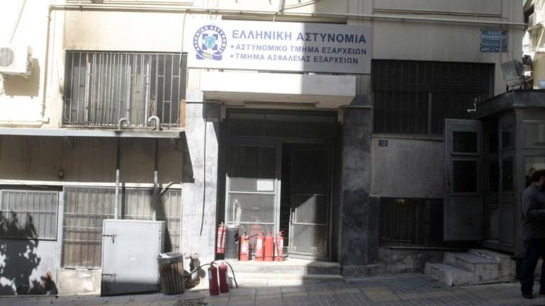 astunomikous-blepoun-pisw-apo-ta-xamena-opla-sto-at-eksarxeiwn