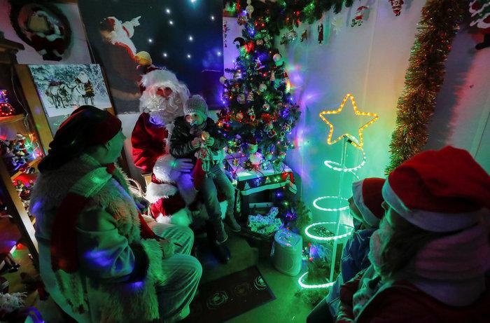 Φαντασμαγορικό: αυτό είναι το σπίτι... Χριστουγεννιάτικο χωριό - εικόνα 4