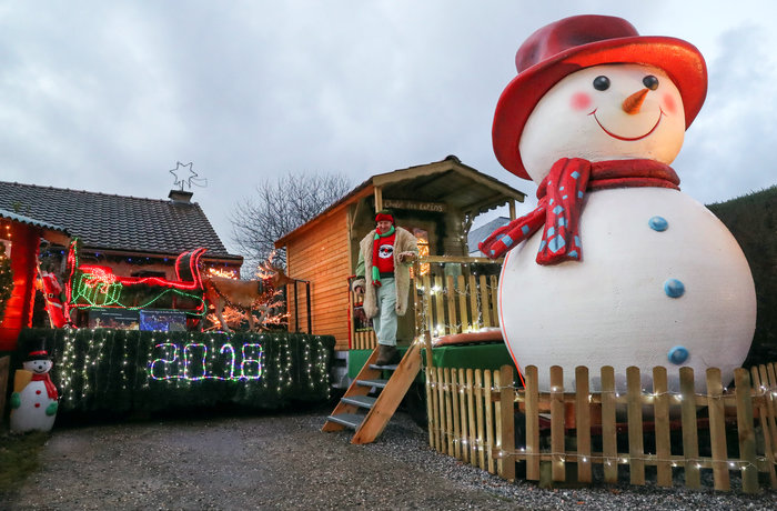 Φαντασμαγορικό: αυτό είναι το σπίτι... Χριστουγεννιάτικο χωριό - εικόνα 6