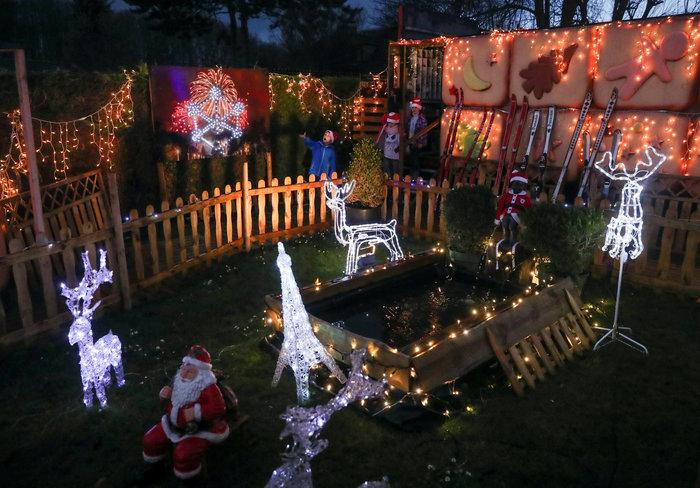 Φαντασμαγορικό: αυτό είναι το σπίτι... Χριστουγεννιάτικο χωριό - εικόνα 3