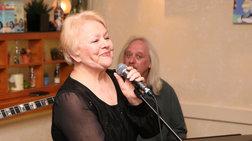Συγκινεί η Μαίρη Λίντα: Τραγουδά από το γηροκομείο το «Λαός και Κολωνάκι»