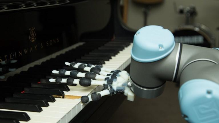 to-prwto-rompotiko-xeri-pou-paizei-piano