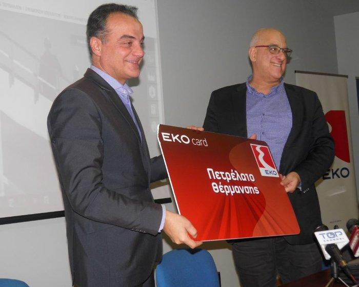 """O Περιφερειάρχης Δυτικής Μακεδονίας κ. Θεόδωρος Καρυπίδης λαμβάνει την """"EKO Card"""" από τον Διευθυντή Εταιρικών Σχέσεων ΕΛΠΕ κ. Γ. Κορωναίο"""
