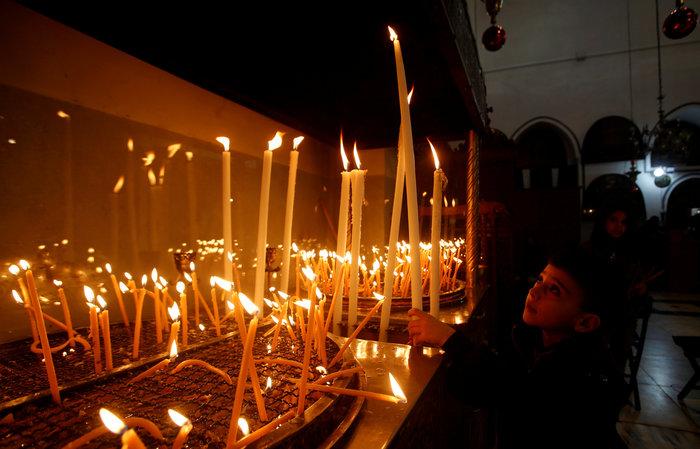 Χιλιάδες πιστοί απ' όλον τον κόσμο συρρέουν στη Βηθλεέμ