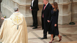 Η Μελάνια με ψηλοτάκουνες μπορντό γόβες στον καθεδρικό ναό