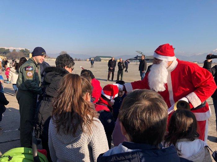 Ο Άγιος Βασίλης με πολεμικό αεροσκάφος στη Λάρισα [φωτό] - εικόνα 3