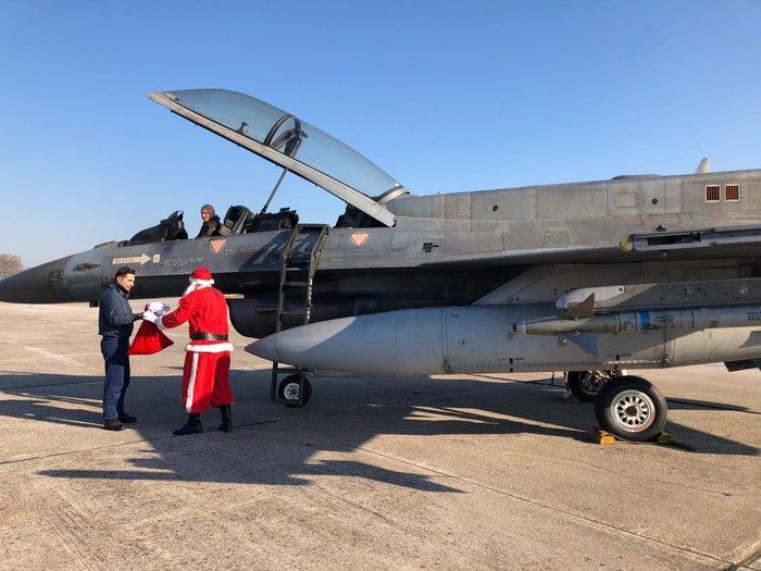 Ο Άγιος Βασίλης με πολεμικό αεροσκάφος στη Λάρισα [φωτό] - εικόνα 2