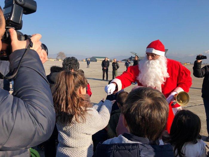 Ο Άγιος Βασίλης με πολεμικό αεροσκάφος στη Λάρισα [φωτό] - εικόνα 4