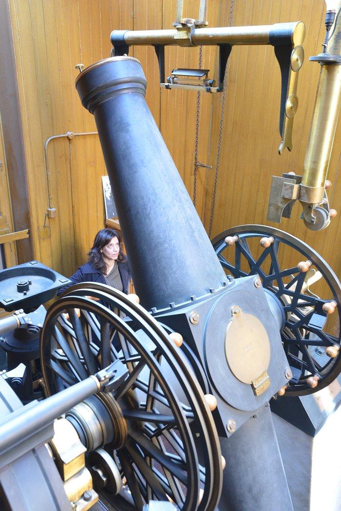 Το μεσημβρινό τηλεσκόπιο Ανδρέα Συγγρού. Χρησιμοποιήθηκε για την μέτρηση του χρόνου από το Αστεροσκοπείο από το 1900 έως το 1964