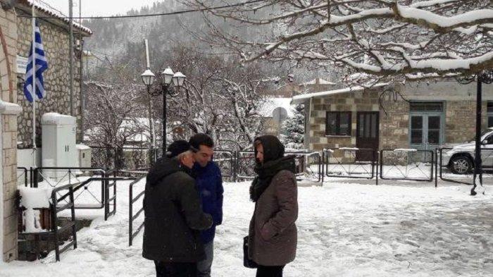 Ο Τσίπρας στο χιονισμένο Αθαμάνιο με μπότες και χοντρό μπουφάν - εικόνα 2