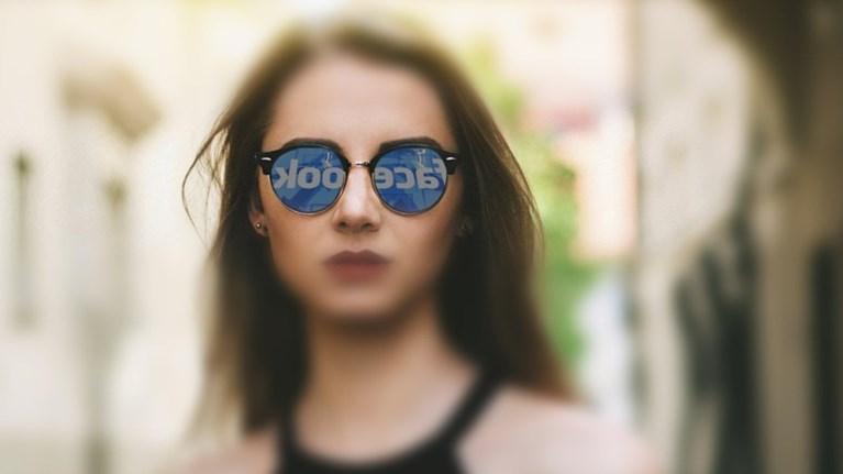 sk-social-media-kai-kindunos-katathlipsis-ti-anaferei-nea-ereuna