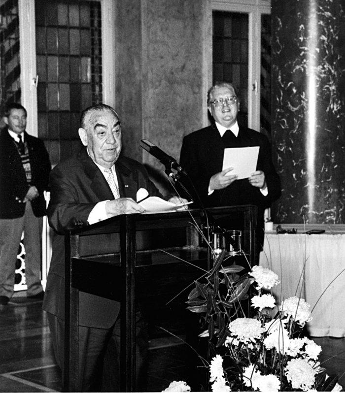 Ο Εστρόγκο Ναχάμα κατά την τελετή απονομής του Μεγαλόσταυρουτης Ομοσπονδιακής Δημοκρατίας της Γερμανίας στις 27 Νοεμβρίου 1995.© Platow, Thomas/Rechte: Landesarchiv Berlin/K01174