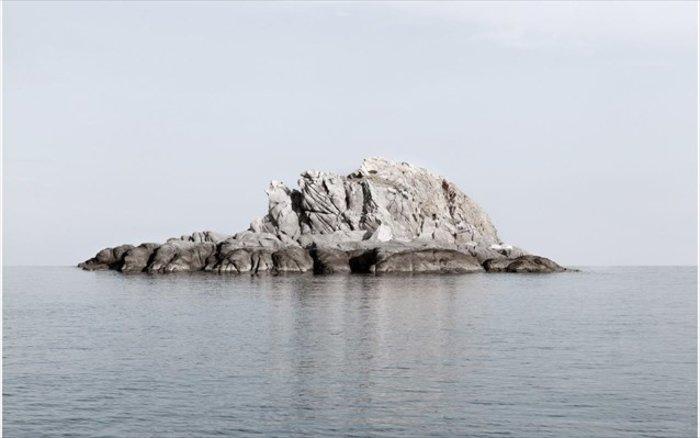 Νησιά και βραχονησίδες αναδύονται από τη θάλασσα. Εκθεση φωτογραφίας