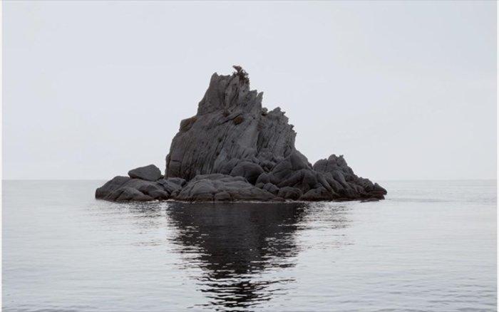 Νησιά και βραχονησίδες αναδύονται από τη θάλασσα. Εκθεση φωτογραφίας - εικόνα 2