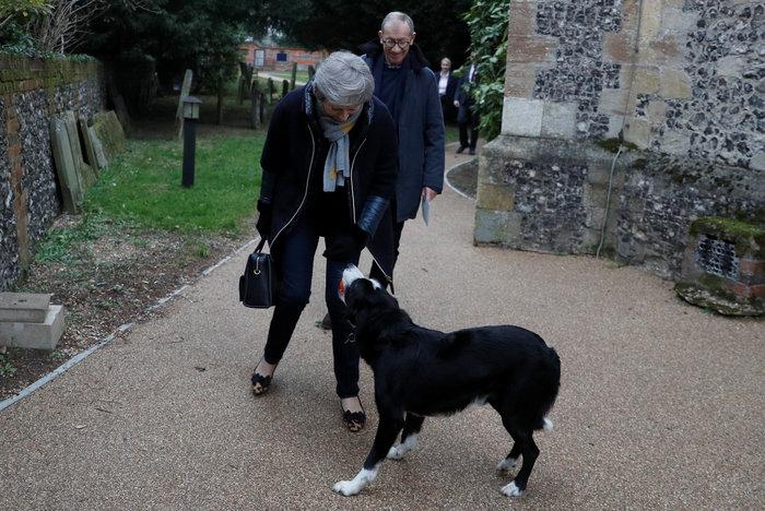 Όταν η Τερέζα Μέι συναντήθηκε με ένα ...αδέσποτο σκύλο - εικόνα 5