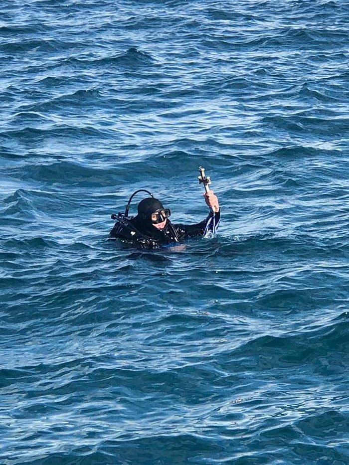 Χάθηκε ο σταυρός στο παλιό λιμάνι της Κέρκυρας-τον βρήκε δύτης - εικόνα 3