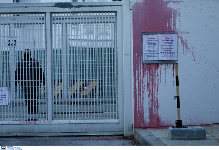 Επίθεση του Ρουβίκωνα με μπογιές στην αμερικανική πρεσβεία (φωτό) - εικόνα 2
