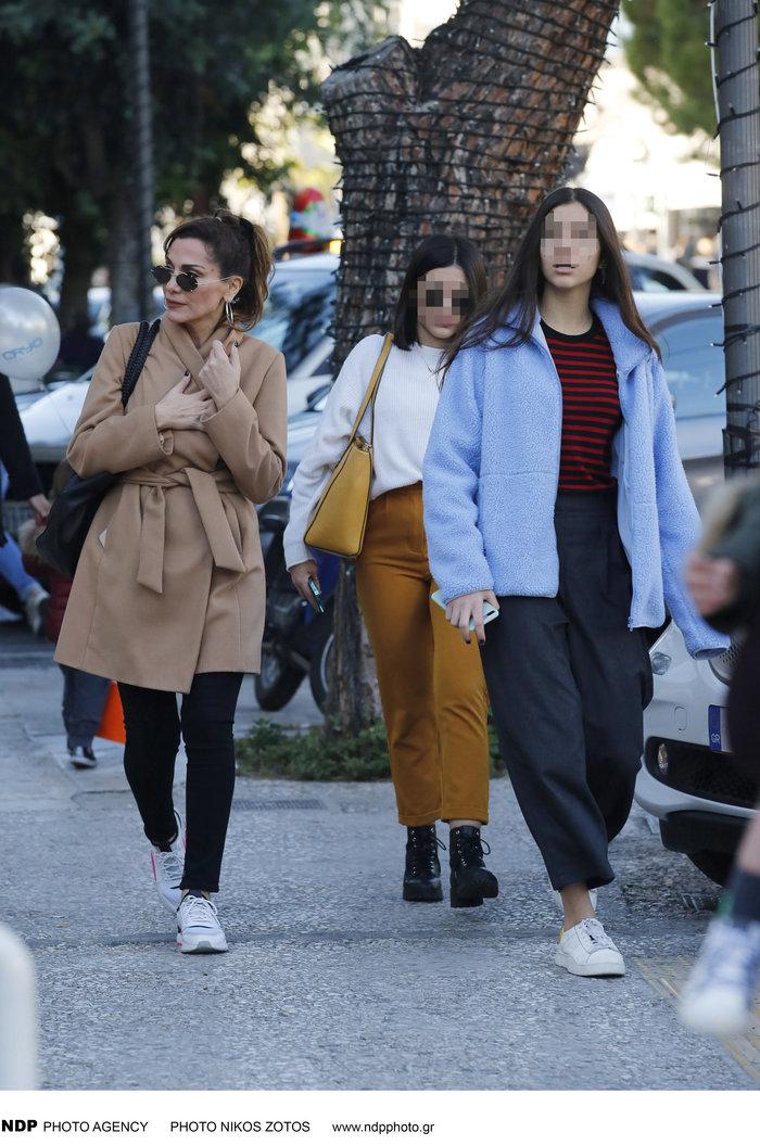 Δέσποινα Βανδή: Casual chic κάνει βόλτες στα μαγαζιά με την όμορφη κόρη της - εικόνα 3
