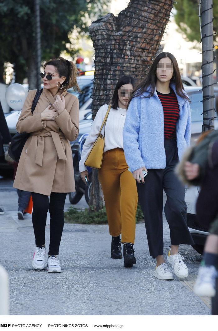 Δέσποινα Βανδή: Casual chic κάνει βόλτες στα μαγαζιά με την όμορφη κόρη της - εικόνα 4