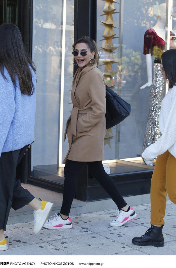 Δέσποινα Βανδή: Casual chic κάνει βόλτες στα μαγαζιά με την όμορφη κόρη της - εικόνα 6