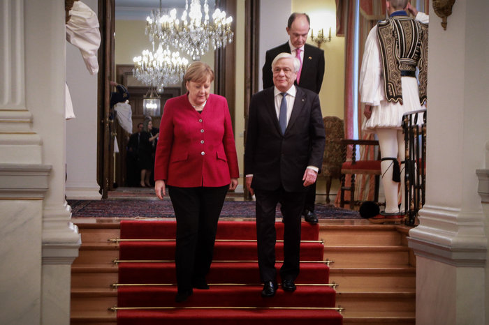 Μέρκελ σε Παυλόπουλο: Χαιρόμαστε που η Ελλάδα τελείωσε με τα μνημόνια
