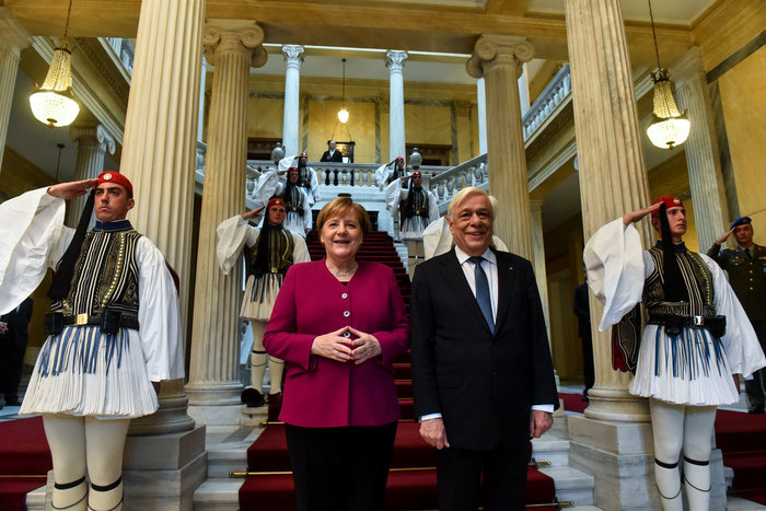 Μέρκελ σε Παυλόπουλο: Χαιρόμαστε που η Ελλάδα τελείωσε με τα μνημόνια - εικόνα 2