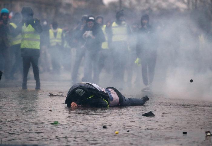 """Πλαστικές σφαίρες και δακρυγόνα κατά των """"Κίτρινων Γιλέκων"""" (φωτό)"""