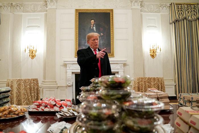 Το επίσημο γεύμα του Τραμπ με μπέργκερ και πίτσα (βίντεο)