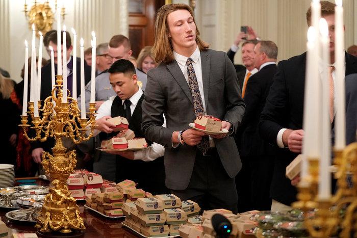 Το επίσημο γεύμα του Τραμπ με μπέργκερ και πίτσα (βίντεο) - εικόνα 3