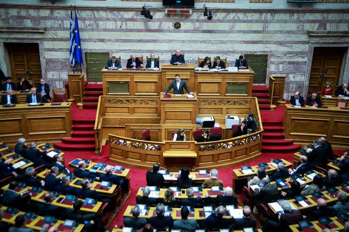 Αγρια κόντρα στη Βουλή για ψήφο εμπιστοσύνης, Αποστολάκη και Πρέσπες