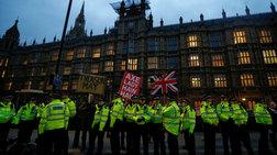 Διαδηλωτές του Remain και Leave κατά της συμφωνίας της Τ.Μέι