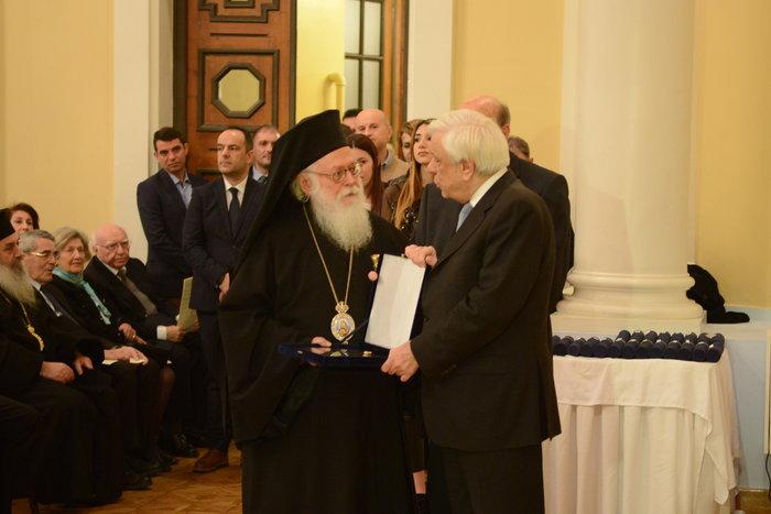 Ο πρόεδρος της Δημοκρατίας παραδίδει ειδική τιμητική διάκριση στον Αρχιεπίσκοπο Αλβανίας, Αναστάσιο