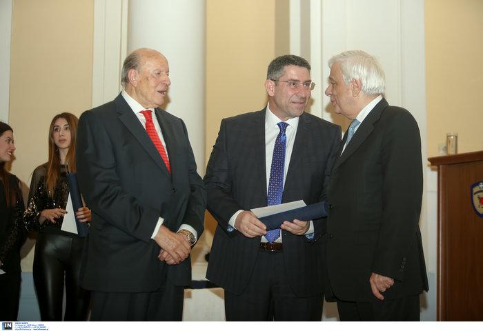Ο Ακης Παυλόπουλος βραβεύτηκε για την «αντικειμενική παρουσίαση πολιτικών κι ενημερωτικών εκπομπών στο ραδιόφωνο και την τηλεόραση».