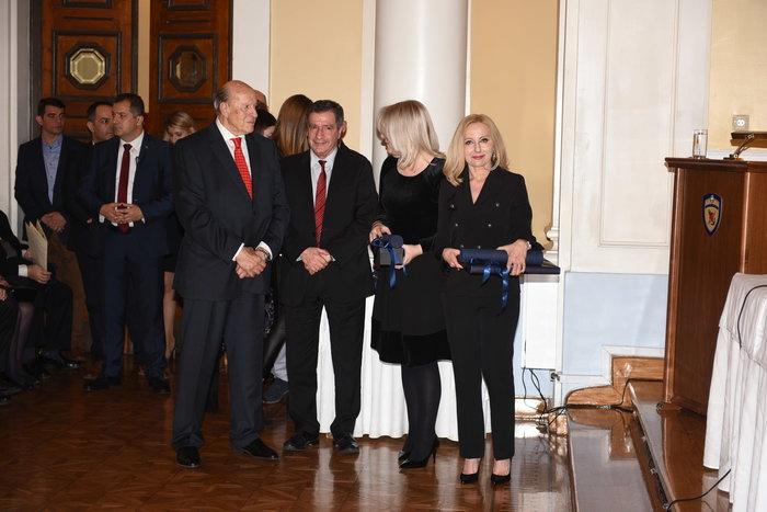 Οι Ελεωνόρα Ορφανίδου και Ελευθερία Κουμάντου παρέλαβαν από τον δήμαρχο Αθηναίων, Γιώργο Καμίνη, το Βραβείο Τοπικής Αυτοδιοίκησης για τη ραδιοφωνική τους εκπομπή «Ντάμες Σπαθί» στο Ρ/Σ «Αθήνα 9,84».