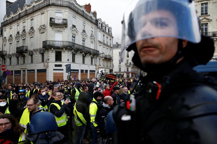 """Συγκρούσεις ξέσπασαν στη διαδήλωση των """"κίτρινων"""" γιλέκων στο Παρίσι"""