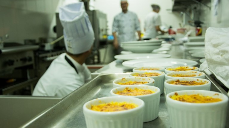 o-gastronomikos-odigos-michelin-2019-apokaluptei-ta-asteria-tou