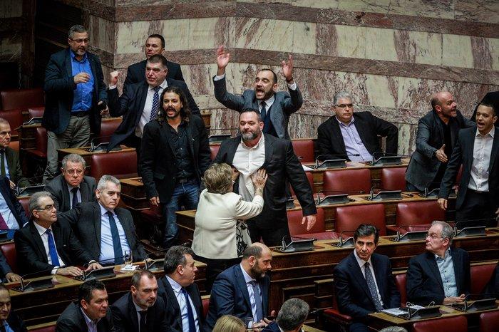 Ένταση και πανό στην Ολομέλεια κατά την ψηφοφορία - εικόνα 2