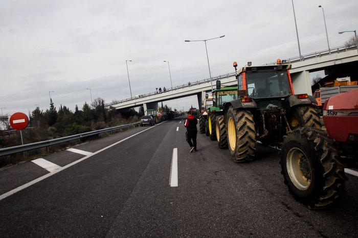 Αγροτικές κινητοποιήσεις: Έκλεισε η εθνική οδός στον κόμβο της Νίκαιας - εικόνα 2