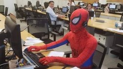 Παραιτήθηκε από την τράπεζα και πήγε ντυμένος Spider-Man