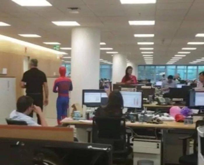 Παραιτήθηκε από την τράπεζα και πήγε ντυμένος Spider-Man - εικόνα 2