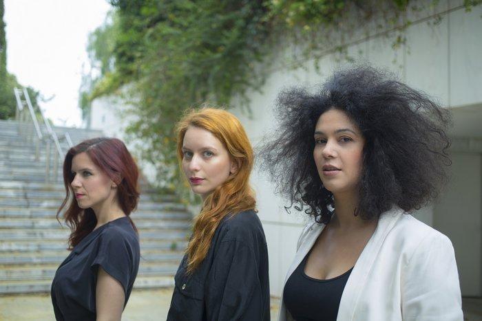 Τρία κορίτσια υποκλίνονται στον Λέοναρντ Κοέν με ένα αφιέρωμα