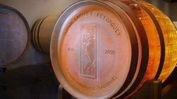 Ένα κρυστάλλινο βαρέλι γεμάτο με κρασί Sauternes