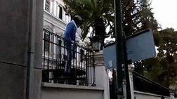 Η στιγμή της εισβολής του Ρουβίκωνα στην ιταλική πρεσβεία (βίντεο)