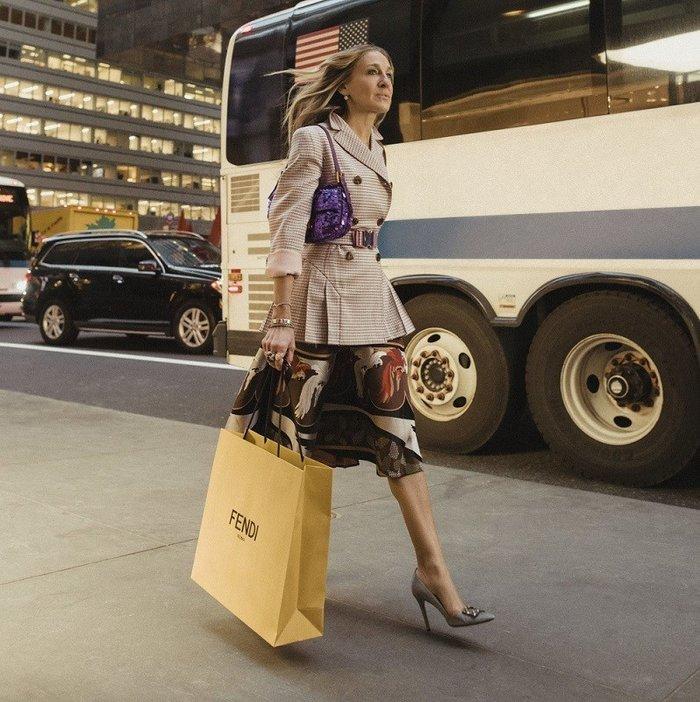 Η Κάρι Μπράντσο ξανά στα ψηλοτάκουνά της για τον οίκο Fendi