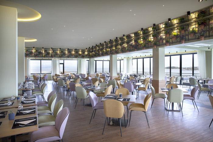 Το κεντρικό εστιατόριο του ξενοδοχείου όπου σερβίρεται ο πρωινός μπουφές αλλά και όλα τα γεύματα.
