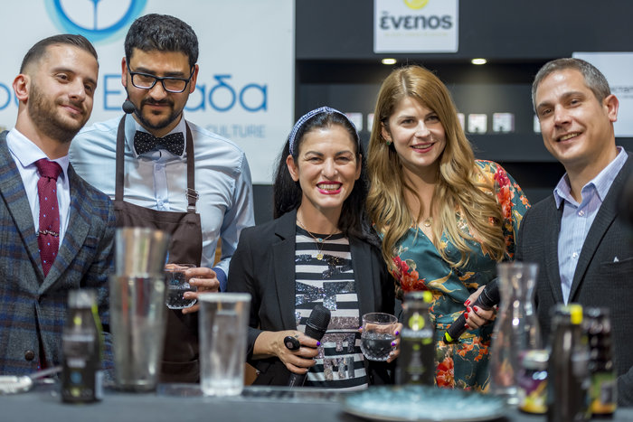 "H Ελένη Ψιχούλη μαζί με την Εύα Παρακεντάκη παρουσιάστρια του ""Μαγειρεύουμε Ελλάδα"", τον Κώστα Μπάση στο ""Πίνουμε Ελλάδα"""